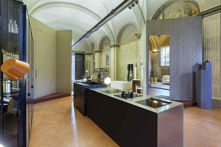 Linvisibile Marea Concealed Sliding doors, gold metal finish.   #internaldoors #invisibledoors #showroom #designdoors