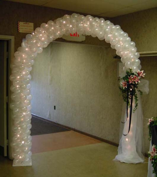 Entrance decor with balloons the flowers lit tulle give for Balloon arch decoration ideas