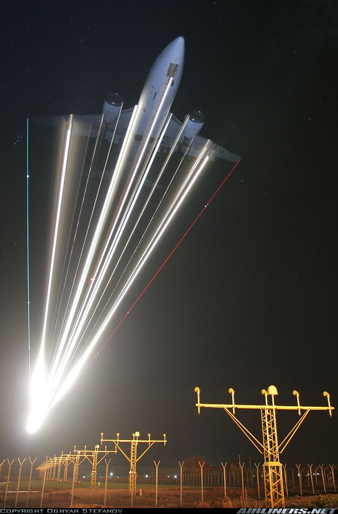 Long exposure of Boeing 737-522 makes me feel like we're in a sci-fi