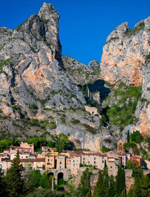 Moustiers Sainte Marie liegt in der Region Provence-Alpes-Côte d'Azur. / Moustiers Sainte Marie est un village de la région Provence-Alpes-Côte d'Azur.