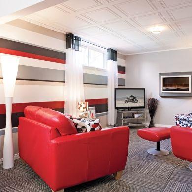 Du style au sous-sol sur toute la ligne - Salon - Avant après- Décoration et rénovation - Pratico Pratiques - Caissons au plafond - Tuiles