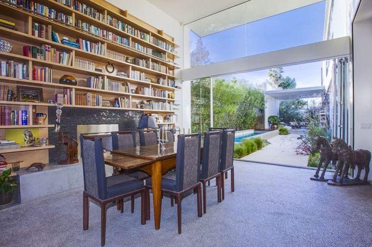 Emilia Clarke, herečka, ktorú preslávil svetový seriálový hit z produkcie HBO, Hra o tróny sa zrejme plánuje usadiť za veľkou mlákou. Kúpila totižto krásny dom na pláži v Los Angeles.