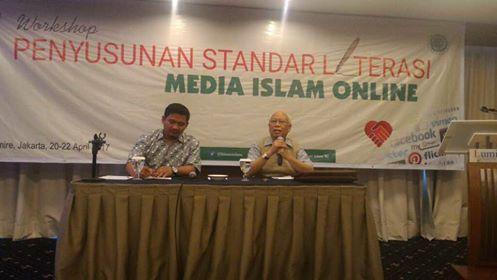 Banyak Prasangka Buruk terhadap Pers Islam Prof Bagir Manan: Kita tak Perlu Surut  Prof Dr Bagir Manan (kanan) saat menjadi pemateri dalam acara Penyusunan Standar Literasi Media Islam Online yang digelar Ditjen Bimas Islam Kemenag RI di Hotel Lumire Jakarta Pusat 20-22 April 2017. (Foto: EZ/Salam-Online)  JAKARTA (SALAM-ONLINE): Mantan Ketua Dewan Pers periode 2010-2013 dan 2013-2016 Prof Dr Bagir Manan SH MCL mengatakan stigma media hoax yang diarahkan kepada media Islam perlu disikapi di…