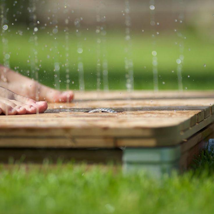 Bij de unieke Design Tuindouche komt het water niet van boven, maar van onder! Ga op het platform staan en 22 sproeistralen schieten de lucht in om vervolgens als een zachte zomerregen op je neer te dalen. Heerlijk verkoelend na het zonnebaden!