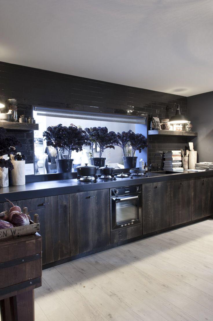 Keuken van SIJMEN Interieur, gemaakt voor VT Wonen huis. Stoer, industrieel en met stalen aanrechtblad!