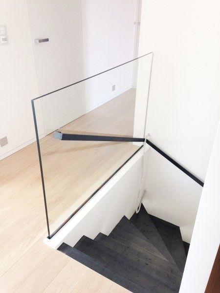 Stalen trap met stalen handgreep en glazen borstwering (vrijstaand glas).
