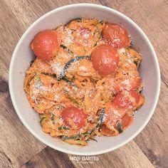 Lust auf gesunde Spaghetti ohne Kohlenhydrate und wenig Kalorien? Das heutige Low Carb Zucchini-Spaghetti Rezept hat gerade mal 116 Kalorien pro Portion und ist die perfekte Alternative für ungesunde Teigwaren. Das Rezept ist außerdem sehr schnell zubereitet und besteht nur aus 6 einfachen Zutaten.