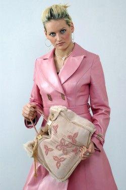 Кожаное розовое пальто, сумка замшевая с вышивкой