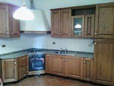 cucina componibile in legno con piano d'appoggio in granito
