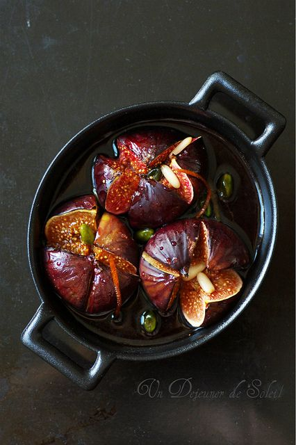 Un dejeuner de soleil: Figues rôties au vin rouge, épices et pistaches - Fichi al vino rosso e spezie