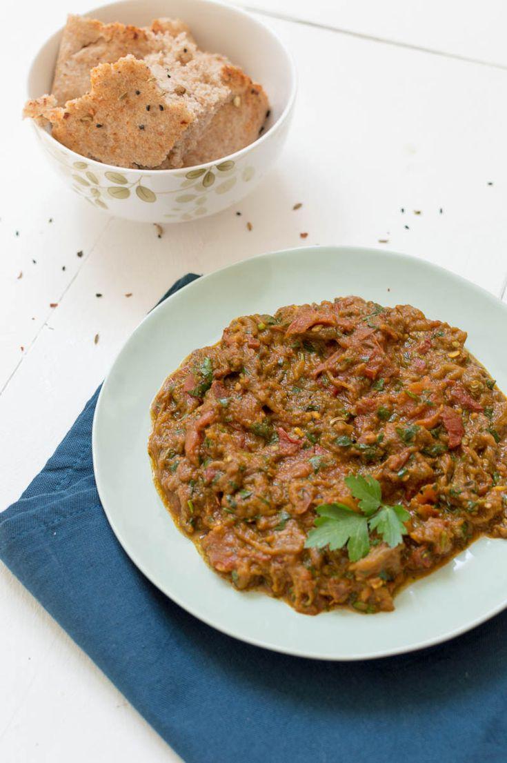 Recept voor Marokkaanse zaalouk (auberginedip), gemaakt met aubergines, tomaat en marokkaanse specerijen. Heerlijk op brood of als mezze.