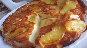 Пирог, который тает во рту     творог — 250 грамм; яйца — 2 штуки; сахар — 3 столовые ложки; соль — щепотка; сметана — 0,5 стакана; мука — 3 столовые ложки.     Яблоки — 2 штуки; сливочное масло — 2 столовые ложки; сахар — 1 столовая ложка.      Яблоки очистите и нарежьте дольками.     Возьмите глубокую сковороду. в которой можно будет запечь торт. Поставьте на огонь, добавьте сливочное масло и обжарьте на нем яблоки, присыпанные сахаром. По 4 минуты с каждой стороны.     Для теста перетрите…