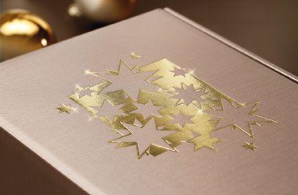 """""""Christmas Spirit"""", elegante Geschenkverpackung mit Struktur und goldener Heißfolienprägung für Wein-, Sekt- und Mischpräsente."""