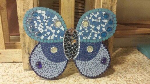 Papallona en base de fusta.  Rajola, mirall i pedres de vidre