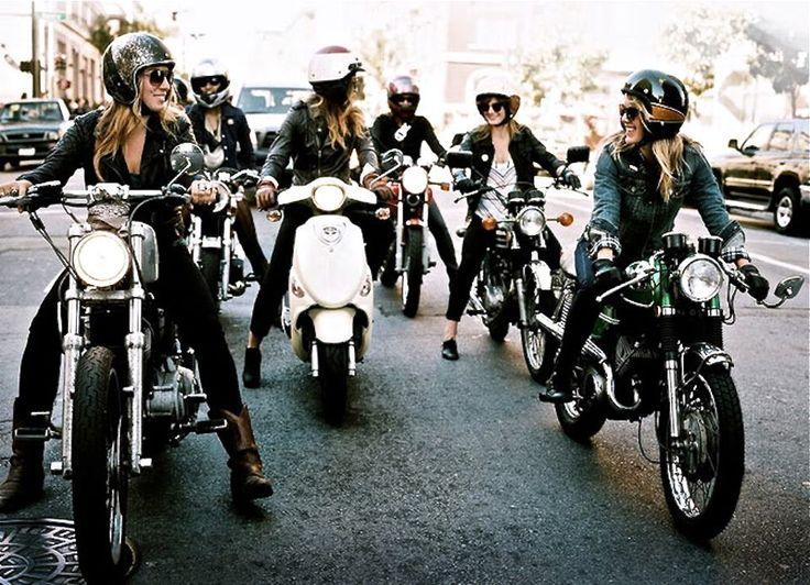 Groupe de filles à moto