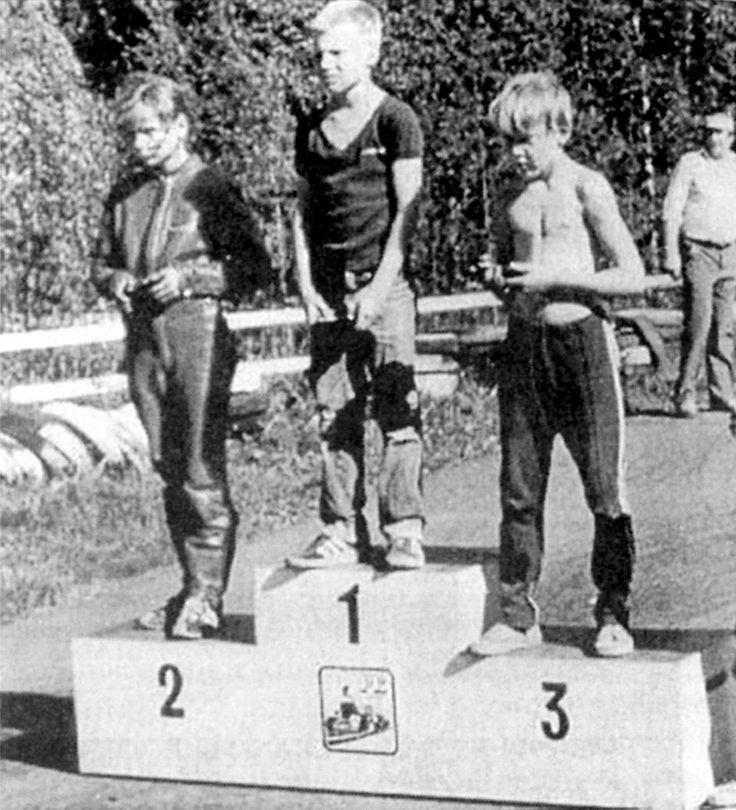 Kuvan ottajasta ei ole tarkkaa tietoa, mutta ykköspallilla poseeraa Mika Salo, toiseksi ajoi Taru Rinne ja kolmosena ilman paitaa poseeraa Mika Häkkinen. Kuva on Alfamerin julkaisemasta kirjasta Keimola - moottoristadion joka melkein katosi.