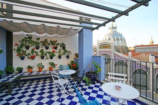 Terrasse en ville avec superbe carrelage à damiers bleu et blanc