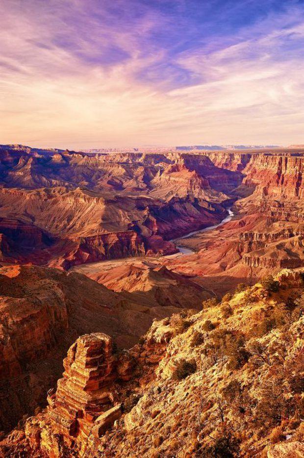 USA #Grand Canyon, dans le nord-ouest de l'Arizona 450 km de long, 1 300 m de profondeur en moyenne, et une largeur qui varie de 5 à 30 km... Difficile d'imaginer que ce canyon colossal été creusé par un fleuve ! Les strates du Grand Canyon racontent 1,7 milliard d'années de l'histoire géologique du continent nord-américain ! Ne vous fiez pas à l'aridité qui semble régner. En hiver, la partie nord du Grand Canyon est recouverte de neige !