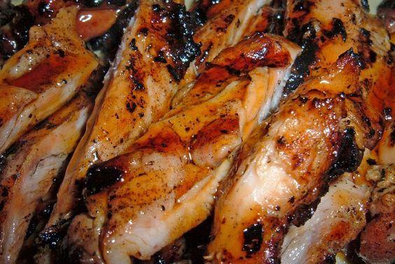 Tori teriyaki - Pollo teriyaki: 2 pechugas de pollo sin hueso 2 cucharadas de salsa de soja 10 cucharadas de agua 2 cucharadas de azúcar 2 cucharadas de sake (licor de arroz japonés) 4 cucharadas de aceite para freír Semillas de sésamo (opcional)