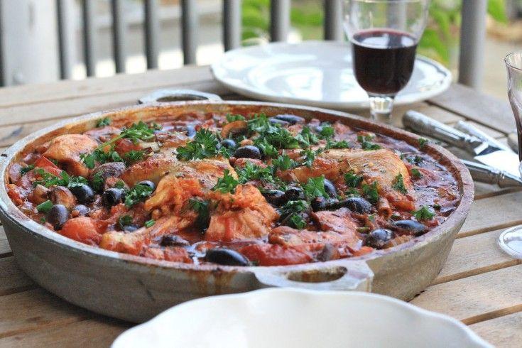 Een heerlijk recept vanHarry in de Keuken:kip Cacciatore. Neem een pan met een dikke bodem. Hak de ui , knoflook, selderij en wortel in kleine stukjes en fruit deze aan in een beetje olijfolie. Voeg de pancetta toe en laat rustig zweten. Braad in de tussentijd de kippendijen aan in een andere pan, tot ze …