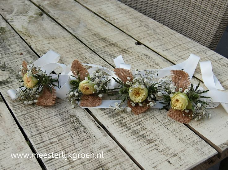Polscorsages voor de bruidsdames met een rustieke uitstraling. Witte rozen, gipskruid, distels. Afgewerkt met jute en wit lint. www.meesterlijkgroen.nl