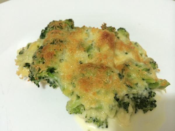 6  Assim que seu brócolis gratinado no forno esteja pronto, sirva e desfrute enquanto quente! É um excelente acompanhamento de qualquer tipo de proteína, como carne assada em molho de tomilho.  Se você gostou desta receita, você tem comentários ou preocupações, nos dê a sua opinião. 7  Se gostou da receita de Brócolis gratinado no forno, sugerimos que entre na nossa categoria de Brócolis ou deixe-se surpreender no nosso Recomendador de receitas.