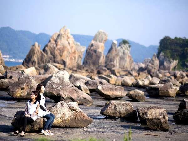 約850mの列を成して大小40余りの岩柱がそそり立っています。【周辺観光】