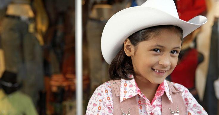 Vestimenta tradicional en México. México es un país grande, con muchas culturas, tradiciones y preferencias de moda diferentes. Su diversidad se deriva principalmente de las distintas culturas indígenas diseminadas en todo el país, muchas de las cuales mantienen las tradiciones de la época precolombina. Hoy en día, la mayoría de los mexicanos visten de manera occidental típica, ...