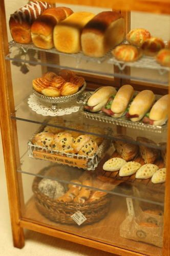 Looks Amazing!! Miniature bakery display case in 1/12 scale.