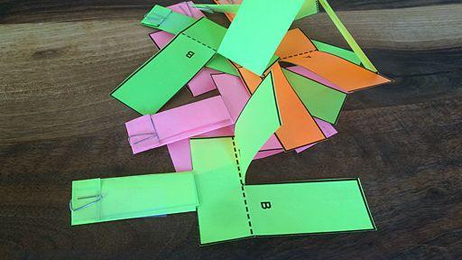 Viele bunte Papierhubschrauber liegen auf einem Holztisch.; Rechte: WDR