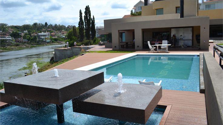 Piscina lengua de agua muro deck en pvc for Diseno piscina
