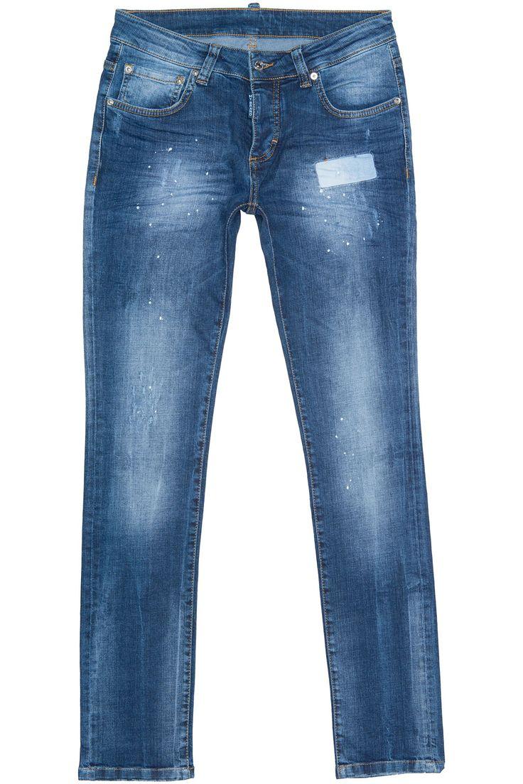 Donkerblauwe jeans van het merk My Brand. De jeans is bewerkt met witte subtiele verfspetters en destroyed details. De jeans heeft bruine stiknaden, een skinny fit en een knoopsluiting.