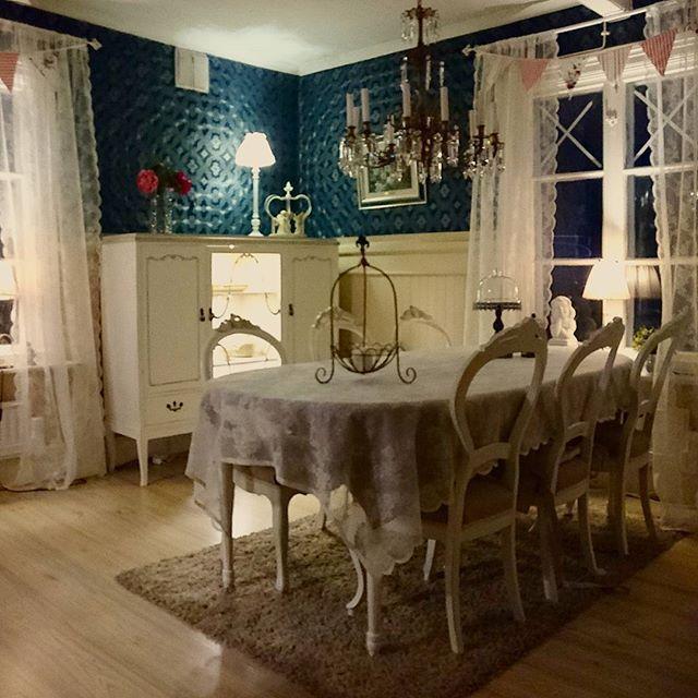 Finally! It is in its proper place!  Äntligen står mitt älskade skåp på sin plats. Nymålad och med belysning.  #skåp #nymålat #remodel #repurpose #frenchchic #frenchcountry #frenchprovincial #rokoko #gustaviansk #vintagedecor #vintagepaint #beckersvardagsrum #beckersfärg #Nordsjö #nordsjösuperfinish #anniesloan