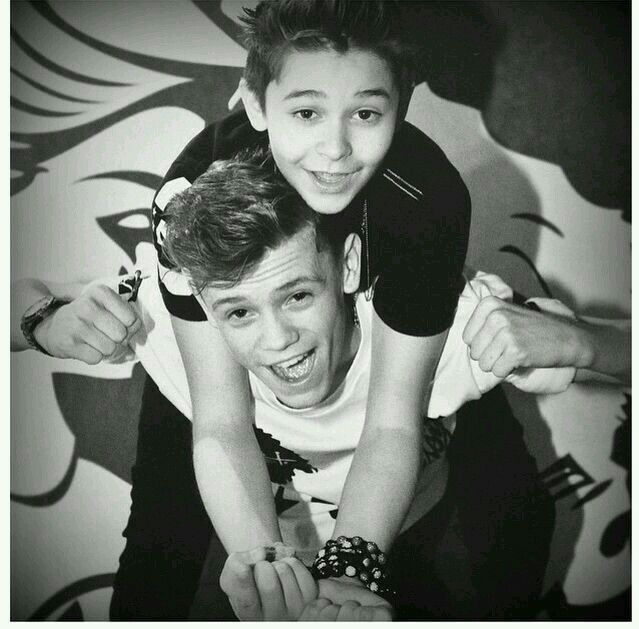 Love Charlie's dimples he is just perfect in my eyes can wait to see them on their meet and greets I can remember when they had their first meet and greet even before they had become famous love yous ❤️❤️❤️❤️❤️❤️