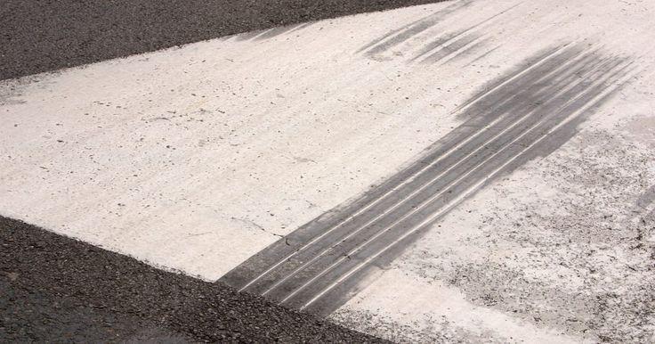 Como descobrir quantidades de asfalto. O asfalto, que contém uma mistura de agregados, como rocha moída ou areia, e uma liga, como betume ou alcatrão, é superior a outros materiais de pavimentação devido à sua instalação rápida e aplicabilidade, sua flexibilidade quando a temperatura varia ou o solo se move, facilidade de reparo e, em muitos casos, pelo menor custo do material, ...