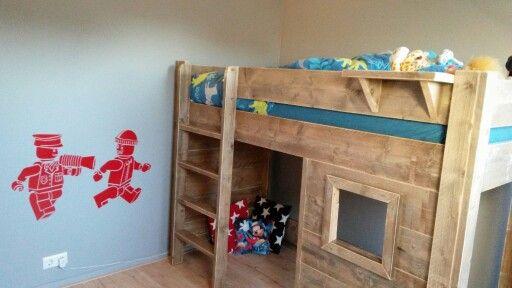 Steigerhouten hoogslaper en Lego muursticker. Stoere jongenskamer #boysroom