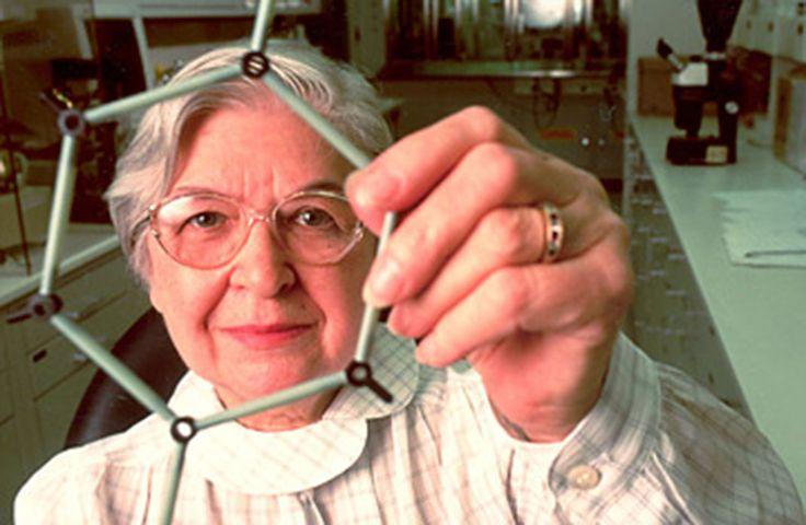 Stephanie Kwolek (1923-2014) : Chimiste. L'inventrice du Kevlar, ce matériau pare-balles très utile aux forces de l'ordre. Chimiste de formation, elle est entrée à l'entreprise américaine DuPont avec l'intention de gagner de l'argent pour entrer à l'école de médecine. En 1964, son groupe a été chargé de développer un matériau qui pourrait remplacer le cordon en acier dans les pneus de voiture. Ils ont créé le Kevlar au final 5 fois + résistant que l'acier et beaucoup + léger.