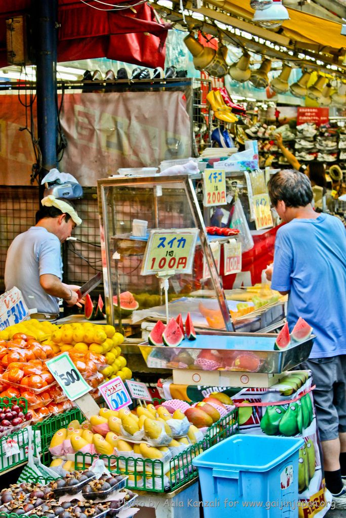 Pour seulement 100 à 200 Yens il est possible de consommer des tranches de fruits frais dans le marché de Ameyoko à Tokyo.