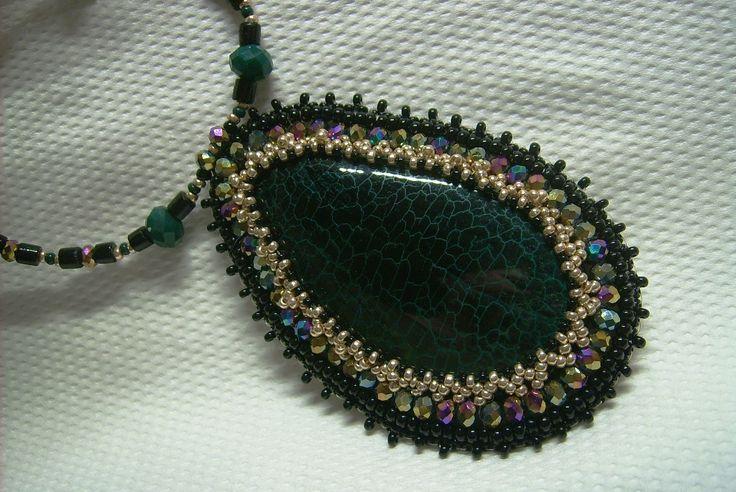 Ny-547. Sötét zöld színű, sárkányvér Achát ásvány medálos, gyöngy-hímzett nyaklánc. 2700.-Ft.