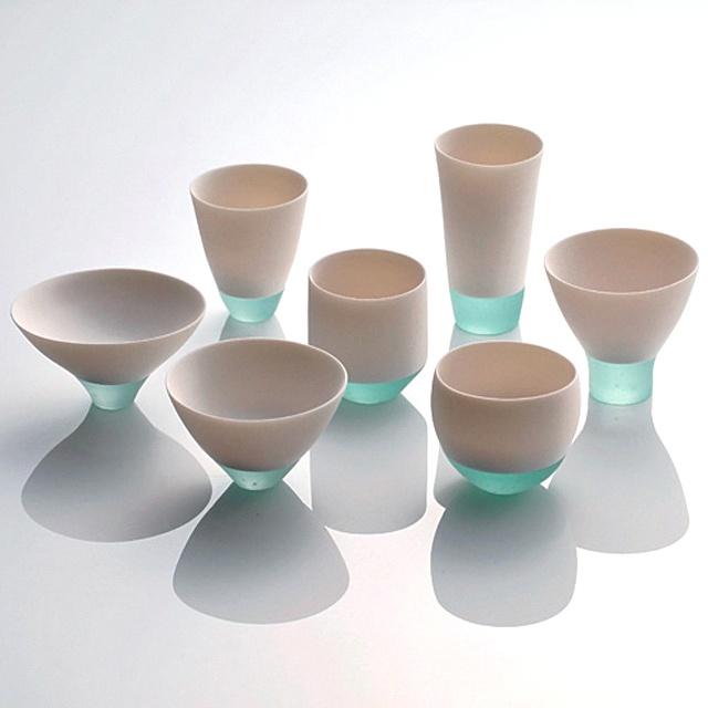 Misa Tanaka heeft bij het maken van deze tweezijdige bekers gebruik gemaakt van glas en porselein. Zonde om uit te drinken.