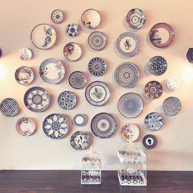 Uma ótima ideia pra decorar a copa ou sala de jantar pratos na parede! Você  pode escolher um tom um tema para seguir ou d…   Boas ideias, Decoração de  parede, Salas