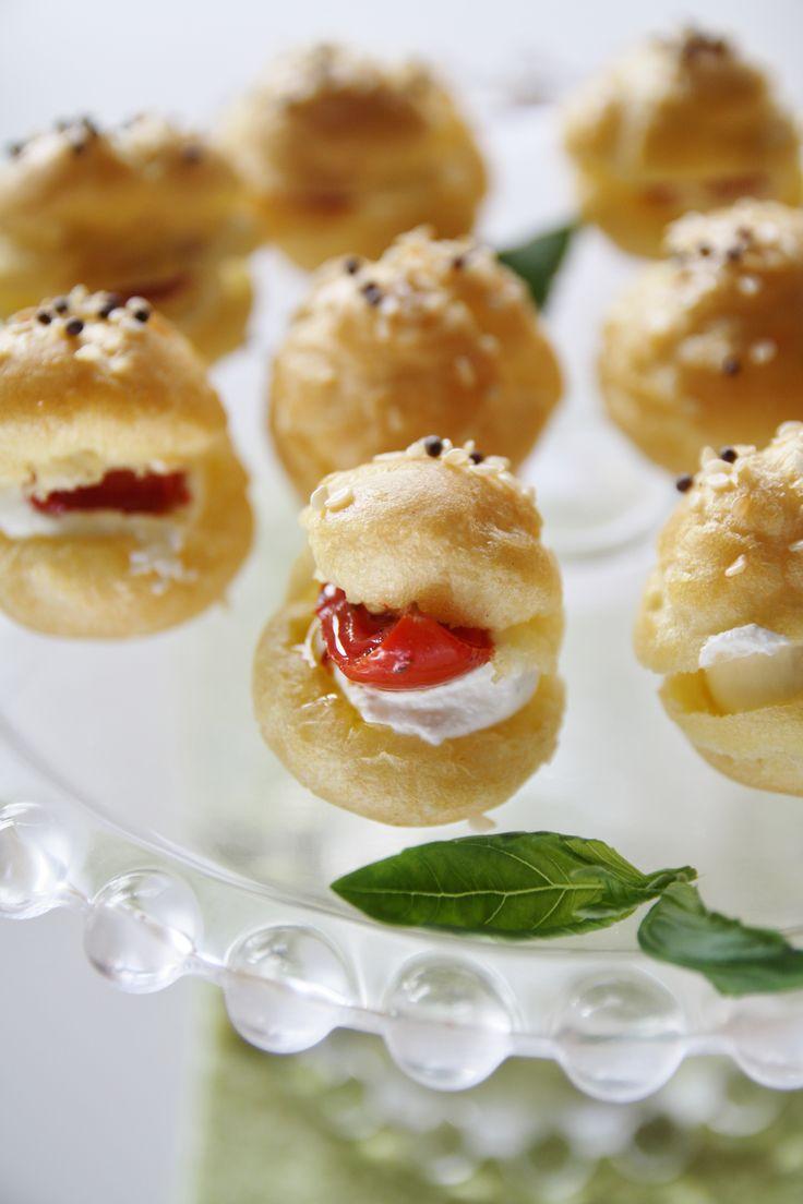bignè salati ai formaggi e pomodorini confit