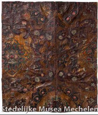 L0007 Bloemen en bladeren in goudkleur op donkerrode en donkergroene achtergrond. onbekend twee aaneengenaaide stukken Nederlanden, 1700 - 1708 1700 - 1708 goudleer leder, verf, bladmetaal, geperst, beschilderd, verguld rechter stuk hoogte 74,5 cm x rechter stuk breedte 28 cm x linker stuk hoogte 74,5 cm x linker stuk breedte 36 cm SMM
