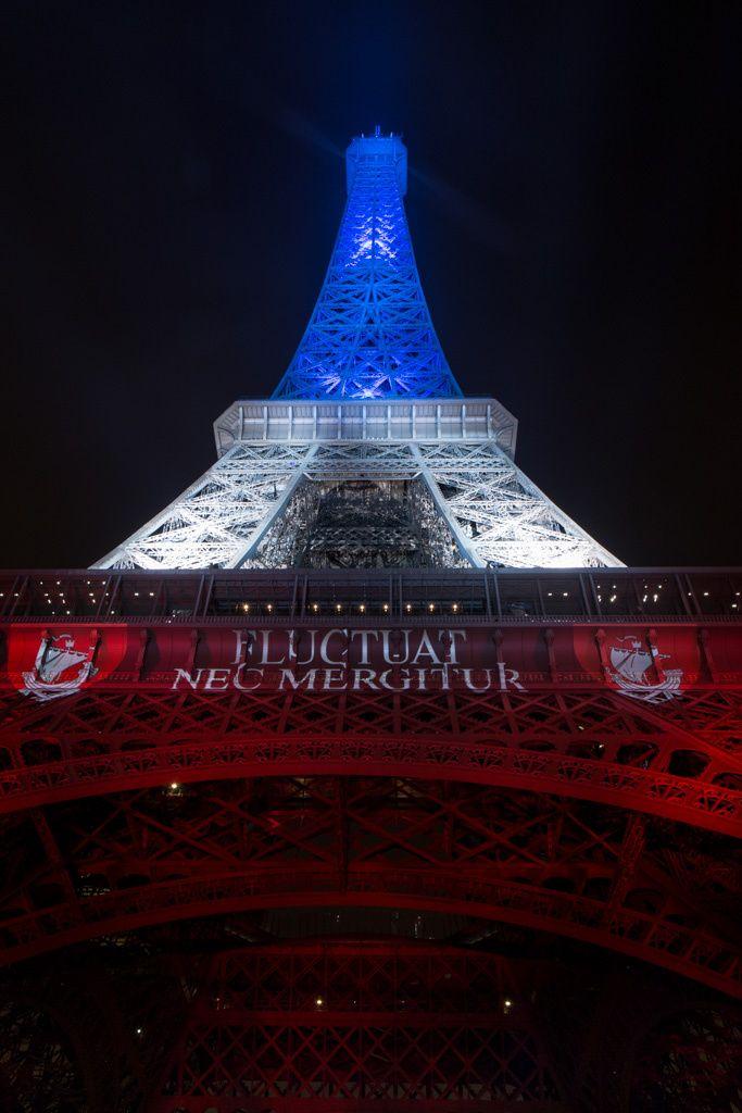 Tour Eiffel en bleu blanc rouge,Fluctuat nec mergitur, Attentats du 13 Novembre 2015, Paris, Sophie L.