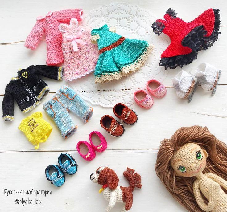 Наряды для Натали 😊 Вот это гардеробчик 😱 Пять пар обуви , четыре платья ,майка, джинсы, курточка, И питомец собачка Фото ранее в каждом платье  #кукланазаказ #одеждакукололяки #кукольнаялабораторияоля_ка . Ваша #olyaka_lab ___________________