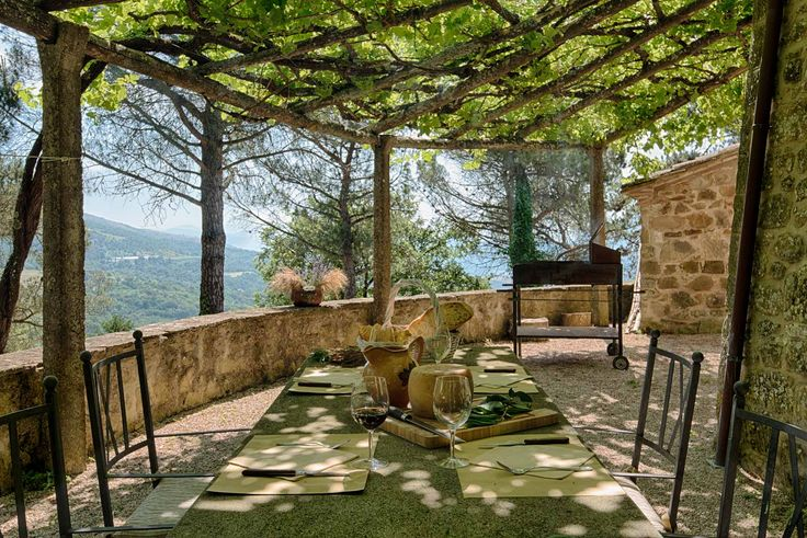 Holiday Rental Umbria: Agriturismo with infinity pool immersed in the umbrian countryside. Breathtaking view and Charming Apartments.