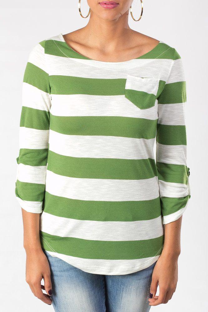 Blusa con franjas verdes y blancas de manga larga, adornada con una bolsa a un costado.
