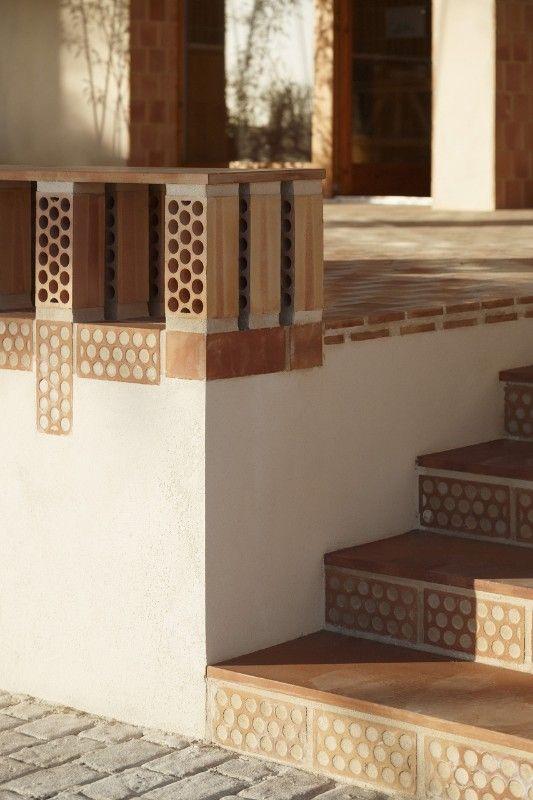 Mallorca a modest building transformed using bold brick for Idee architettura interni