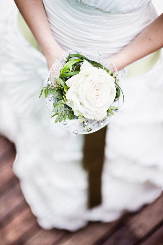 Ramo de novia de camelia blanca {Foto, Víctor Lax} #bridalbouquet #spain