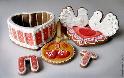Купить или заказать Пряник имбирный Шкатулка-сердце. Кулинарный сувенир в интернет-магазине на Ярмарке Мастеров. Кулинарный сувенир Пряник имбирный сделан из пряничного шоколадно-медового теста с добавлением пряностей, таких как: имбирь, корица, кардамон. Тесто сделано только из натуральных продуктов: муки, меда, сахара, сливочного масла, яиц и специй.. Пряники расписаны сахарной глазурью. Пряничная шкатулка может стать оригинальным подарком на годовщину свадьбы или день рождения.